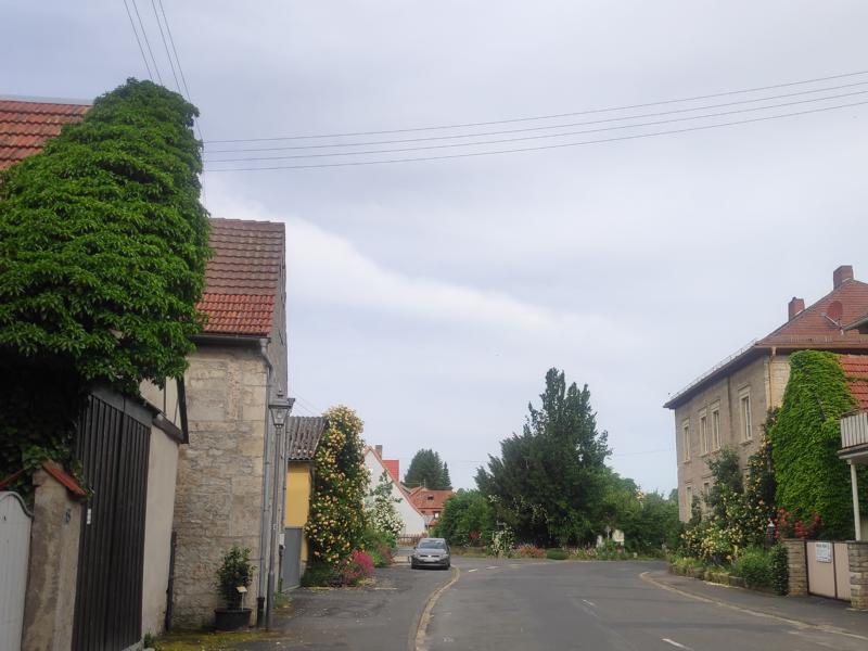 Alte Steinhäuser, bepflanzten Vorgärten, bewachsenen Hauswände und begrünten Innenhöfe in Lindelbach